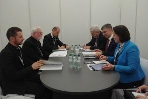 Vadym Prystaiko y monseñor Paul Richard Gallagher discuten la interacción en la liberación de prisioneros del Kremlin