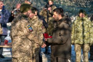 Зеленський нагородив бійців ООС та присвоїв почесні назви військовим частинам