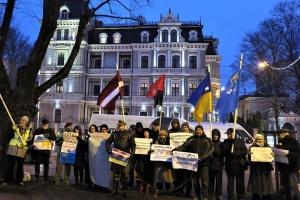 Під посольством РФ у Ризі активісти вимагали визволення українських політв'язнів