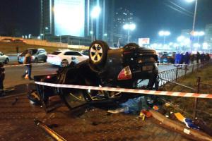 На Лівобережній у Києві з мосту на тротуар впав автомобіль