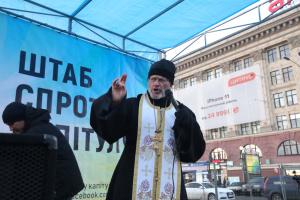 """У Харкові на акцію """"Червоні лінії"""" принесли бочки, шини і каску - як символ Майдану"""