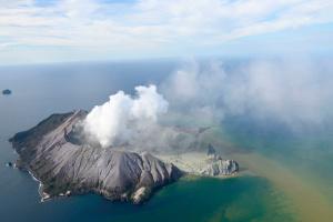 """В Новой Зеландии """"проснулся"""" вулкан, есть погибший и пропавшие без вести"""