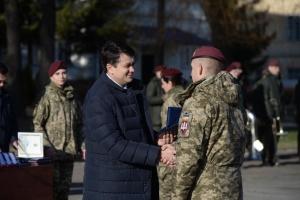 Разумков вважає, що політикам варто брати приклад з військових