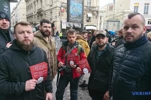 У Парижі ветерани війни з Росією вимагають не допустити капітуляцію України