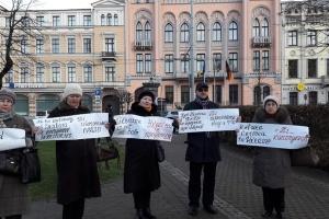 Ні капітуляції: у Ризі провели флешмоб під посольствами Франції та ФРН