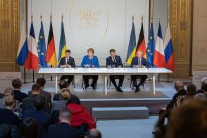 """Лідери України та РФ """"вдихнули нове життя"""" у припинення насильства на Донбасі — Bloomberg"""