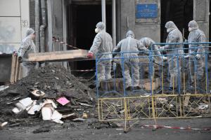 В Одессе снесли верхнюю часть стены сгоревшего колледжа