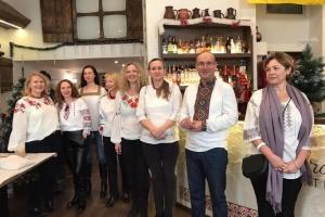 Багатство української вишивки презентували в двомовному календарі в Угорщині