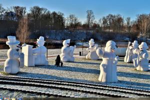 В Латвии туристы могут попасть в город гигантских снеговиков