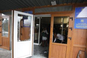 Люди в камуфляже и выбитые двери: во Львове штурмовали горсовет