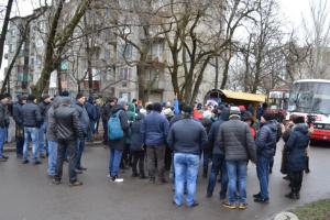 Жены горняков шахты «Краснолиманская» перекрыли дорогу из-за долгов по зарплате