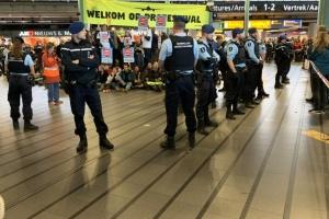 Екопротести в аеропорту Амстердама: майже три десятки затриманих