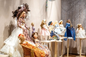 История моды вкуклах: в одесском музее показали 100 коллекционных экспонатов