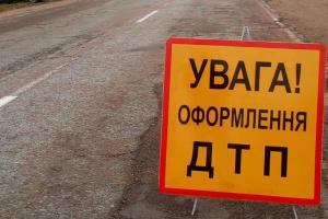 В Киеве грузовик задел отбойник и перевернулся, водитель погиб