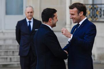 ゼレンシキー大統領、マクロン仏大統領と電話会談 ノルマンディと憲法裁危機を協議
