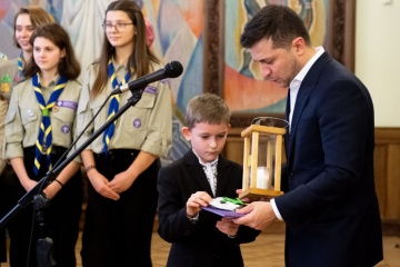 Scouts hand over Peace Light of Bethlehem to Zelensky