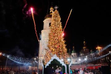 Kyiv a allumé le principal arbre de Noël du pays