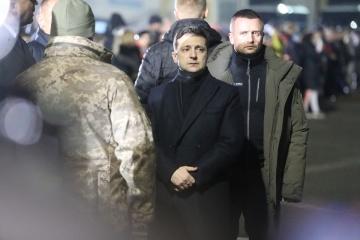 Zelensky recibe a los ucranianos liberados en el aeropuerto de Boryspil