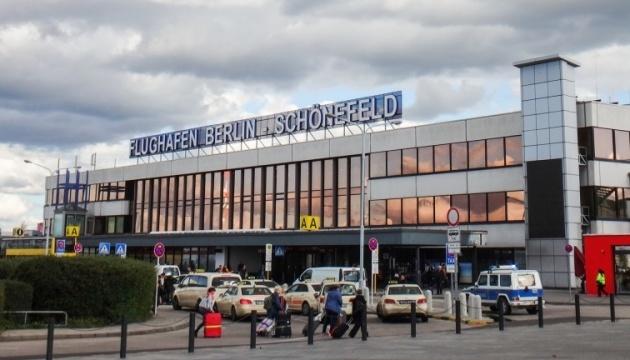 Українцям, які застрягли в аеропорту Берліна, переоформили квитки на завтра — посольство