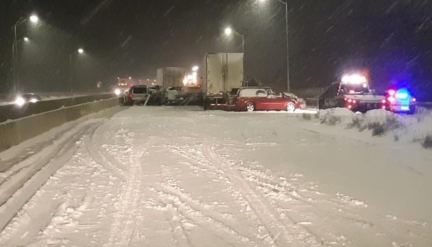 У Канаді через снігопад зіткнулися майже 40 авто, є загиблий і постраждалі