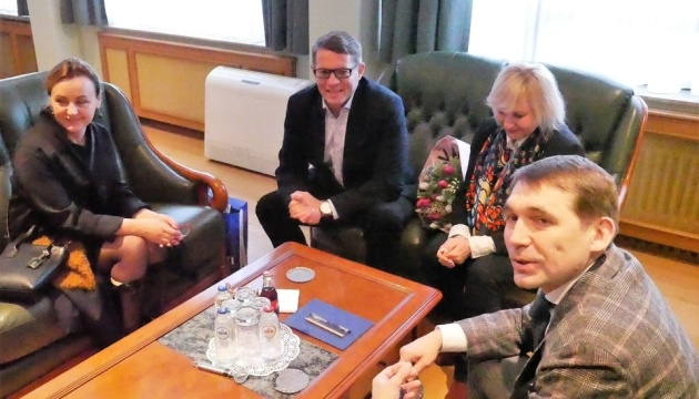 Сущенко подарил свои картины Посольству Украины в Бельгии