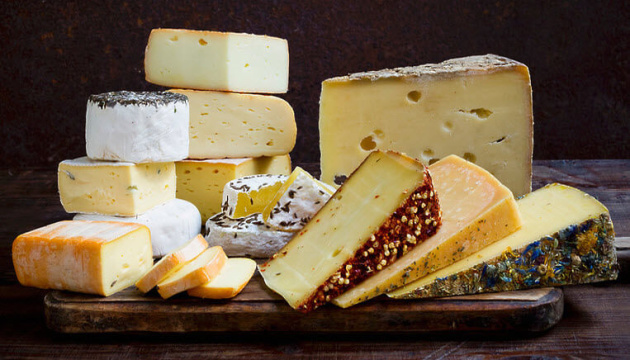 Шампанське, сумки та сир: США хочуть ввести 100% мита на французькі товари