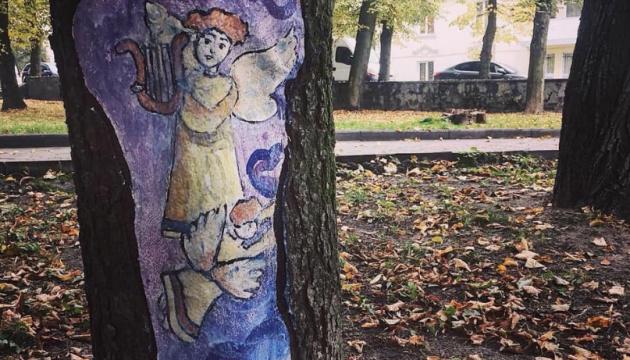 У Дрогобичі розширили галерею ангелів-музикантів на зрізах дерев