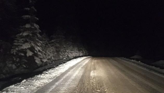Снігопад на Прикарпатті: дорожники розчистили головні автошляхи
