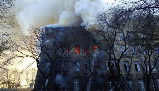 Спецзагін ДСНС розбирає конструкції одеського коледжу - жертв пожежі поки не знайшли
