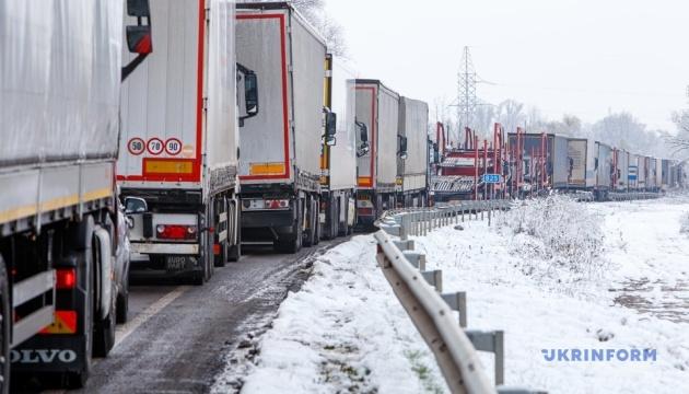 Пограничники объяснили скопление грузовиков возле Ужгорода