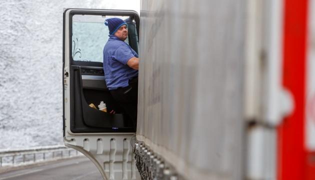 Через снігопад обмежили рух вантажівок у семи областях