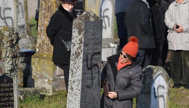 На еврейском кладбище во Франции расписали свастикой более сотни могил