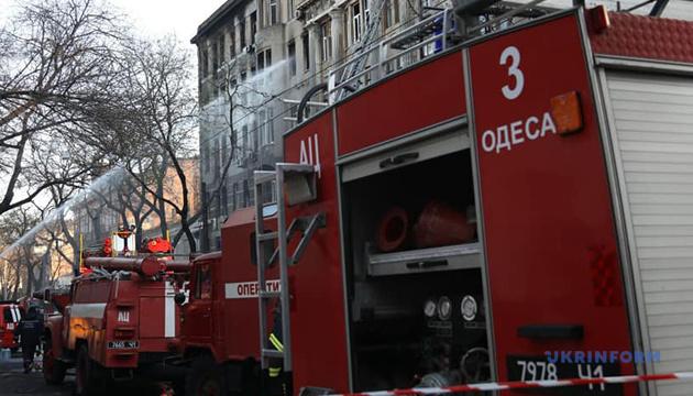 В больнице скончался спасатель, который тушил пожар в одесском колледже