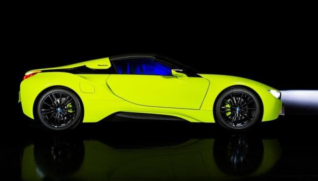 Лаймовий колір і синя підсвітка: BMW показав гібридний спорткар