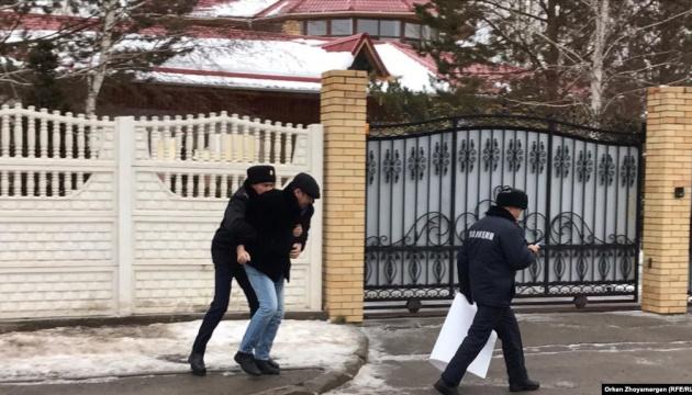 У Казахстані художник вийшов до посольства України