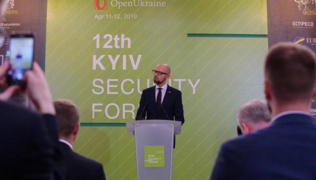 Яценюк просить Зеленського не привезти з Нормандії новий