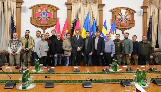 Министр обороны наградил волонтеров, помогающих ВСУ