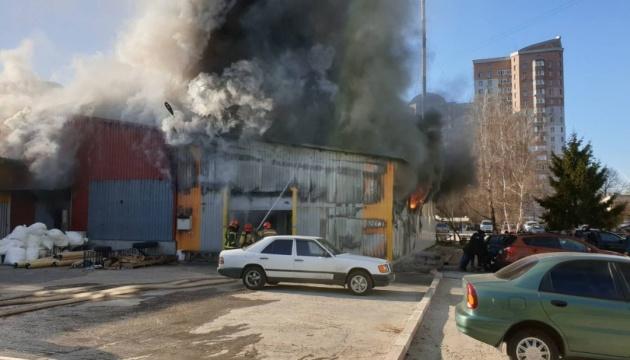 У Києві - пожежа на території колишньої фабрики
