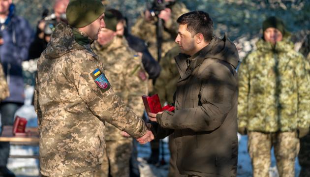 Зеленский наградил бойцов ООС и присвоил почетные названия воинским частям