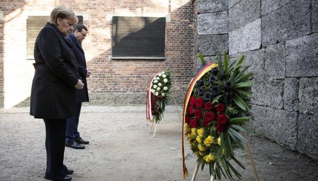 Меркель вперше відвідала колишній табір смерті в Освенцимі