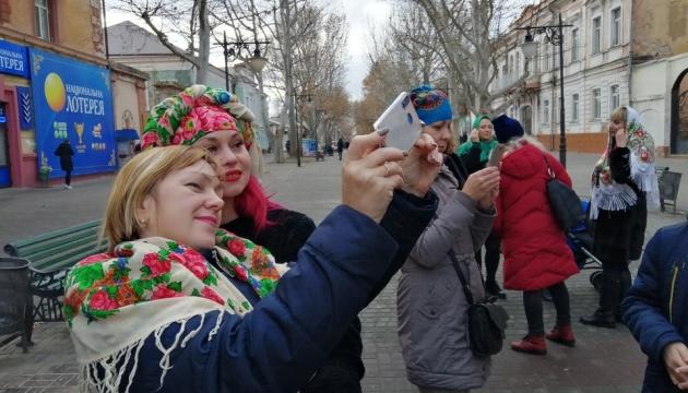У центрі Херсона жінки влаштували фотосесію в українських хустках