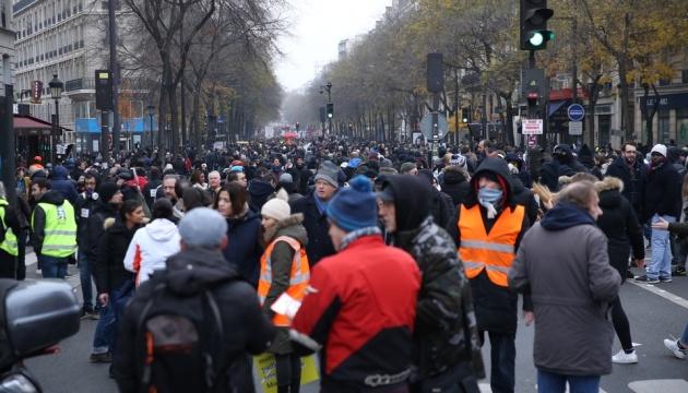 Второй день протестов во Франции: не работает общественный транспорт, закрыты школы