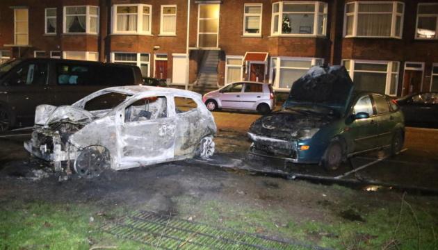 У Гаазі спалили автівки через заборону новорічного багаття