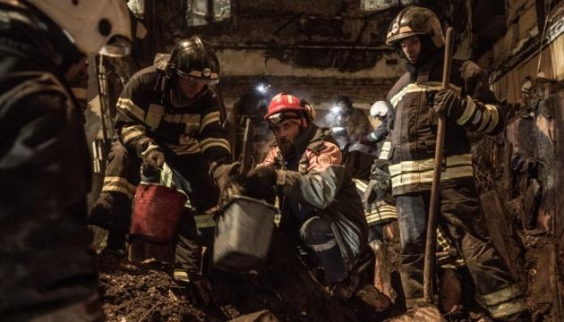 Рятувальники продовжують роботи на місці пожежі в Одесі