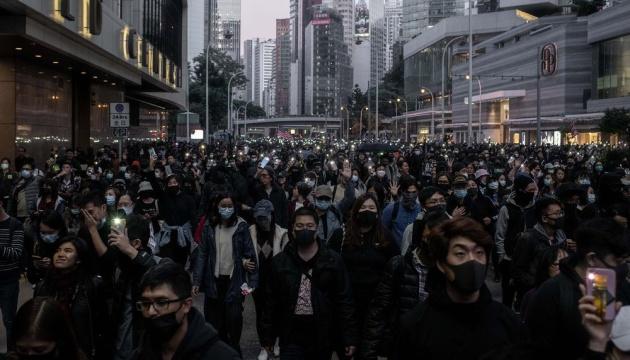 В Гонконге протестующие митингуют под консульствами