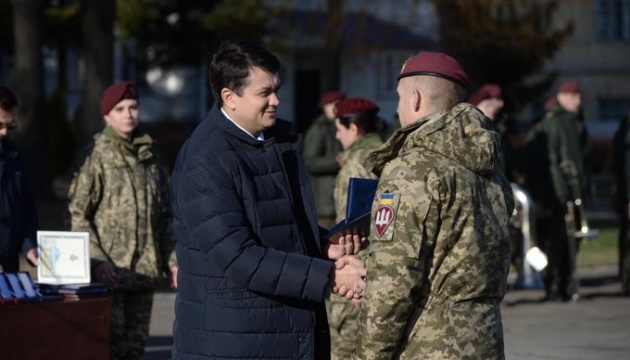Разумков считает, что политикам стоит брать пример с военных