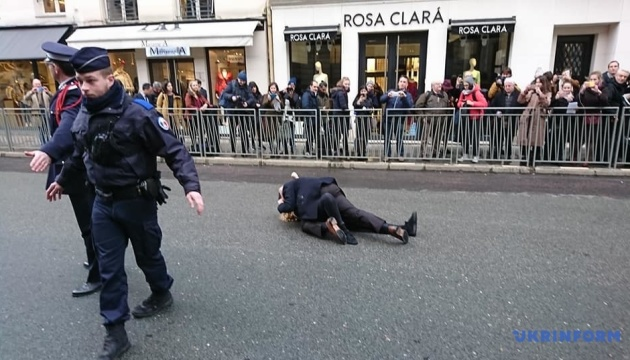 """""""Stop Putin's war"""": активістки Femen протестували у Парижі"""