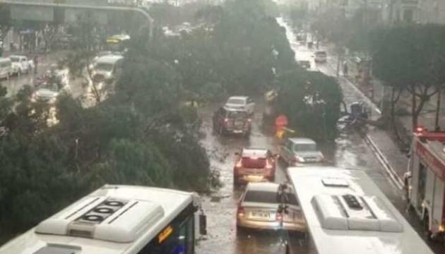 В Анталії через сильні дощі та вітер оголосили