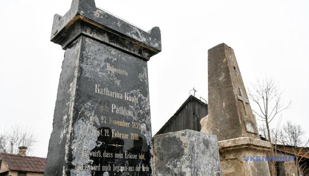 У Запоріжжі виявили 300 надгробків менонітів, замурованих у фундамент у радянські часи
