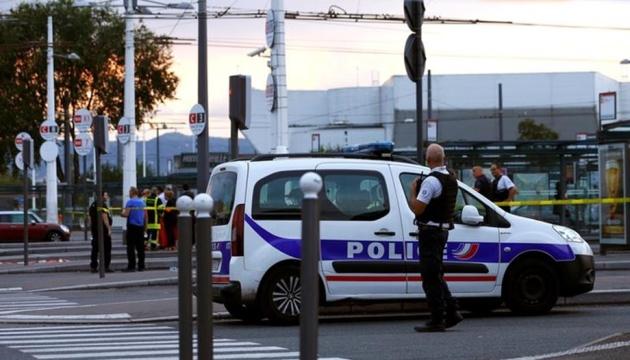 В Париже неизвестный бросился на полицейских с ножом нападавшего застрелили